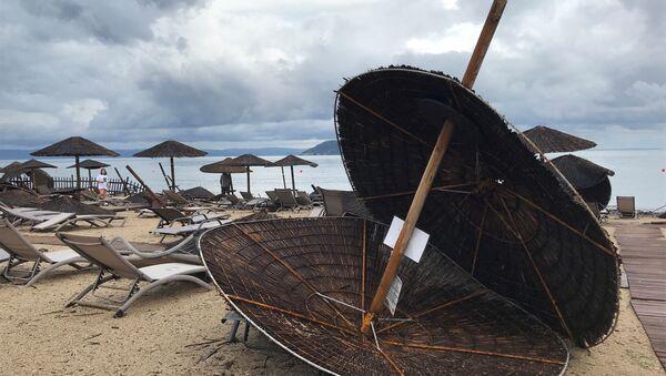 Následky uragánu na pláži hotelu Porto Carras na poloostrově Chalkidiki - Sputnik Česká republika