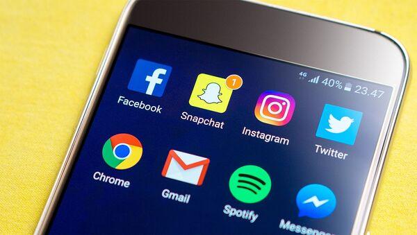 Sociální sítě na telefonu - Sputnik Česká republika