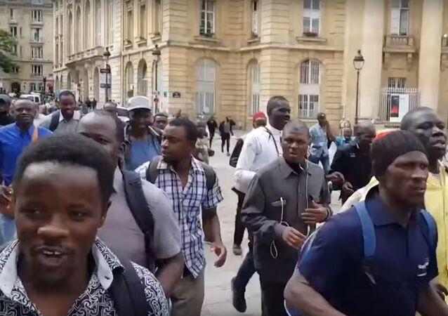 Pařížský Panthéon okupovaly stovky migrantů bez dokumentů