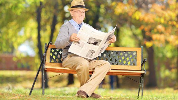Senior čte noviny - Sputnik Česká republika