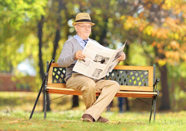 Senior čte noviny