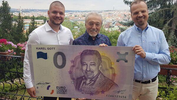 Český zpěvák Karel Gott s limitovanou eurobankovkou - Sputnik Česká republika