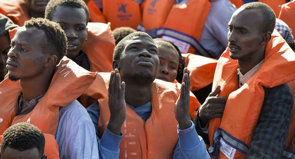Migranti zachránění maltskou neziskovou organizací Moas a italským červeným křížem (4. listopadu 2016)