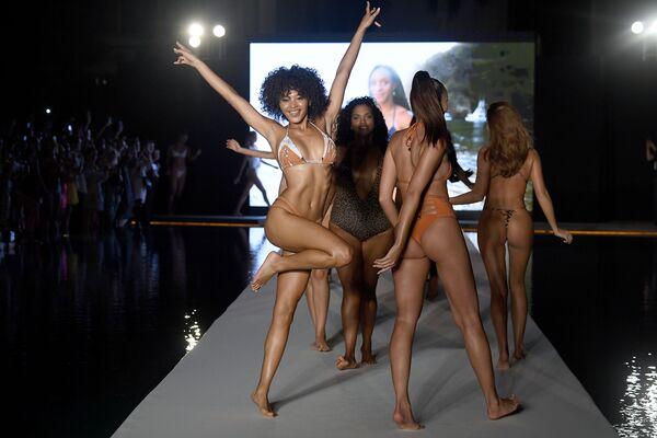 Bujné křivky: Ty nejžhavější snímky z módní přehlídky plavek v Miami  - Sputnik Česká republika
