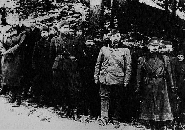 Slovenské národní povstání: ústup do hor. Ve světlé bundě - letec Stanislav Rejthar (1944).