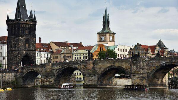 Sprejeři poničili pilíř Karlova mostu, hrozí jim až tři roky vězení - Sputnik Česká republika