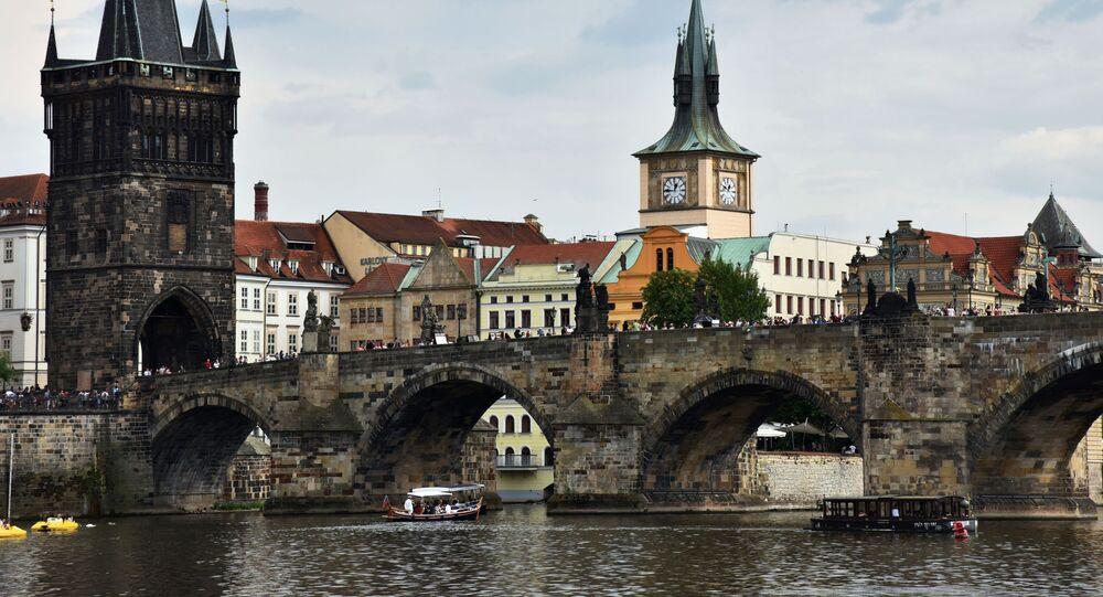 Sprejeři poničili pilíř Karlova mostu, hrozí jim až tři roky vězení