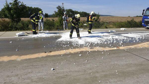 Hasiči likvidují následky úniku kyseliny na dálnici D1 - Sputnik Česká republika