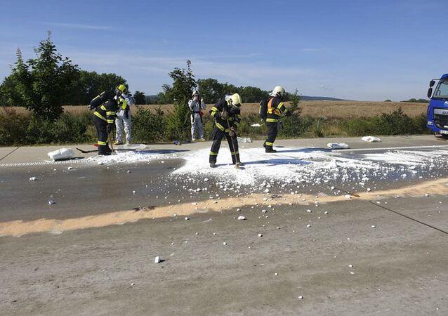 Hasiči likvidují následky úniku kyseliny na dálnici D1