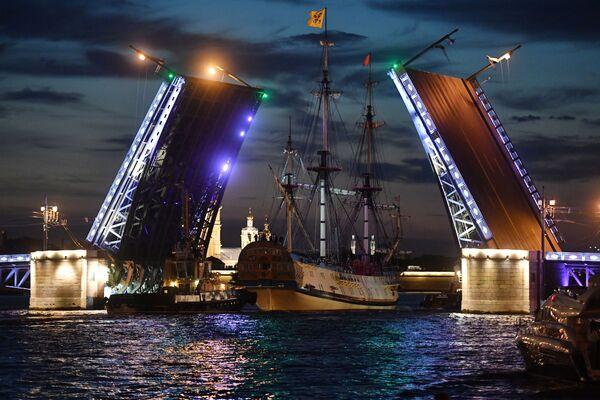 Fregata Poltava směřuje na zkoušku vojenské přehlídky věnované Dnu námořnictva Ruska v Petrohradě - Sputnik Česká republika