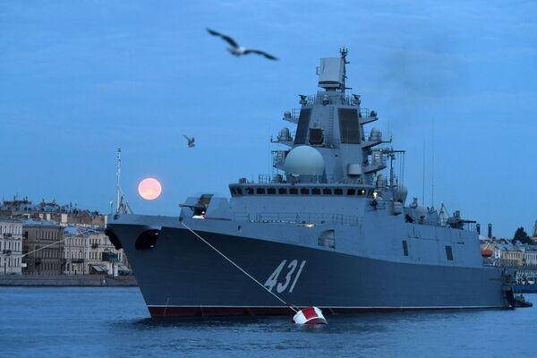 Fregata Admirál loďstva Kasatonov na pozadí Anglického nábřeží - Sputnik Česká republika