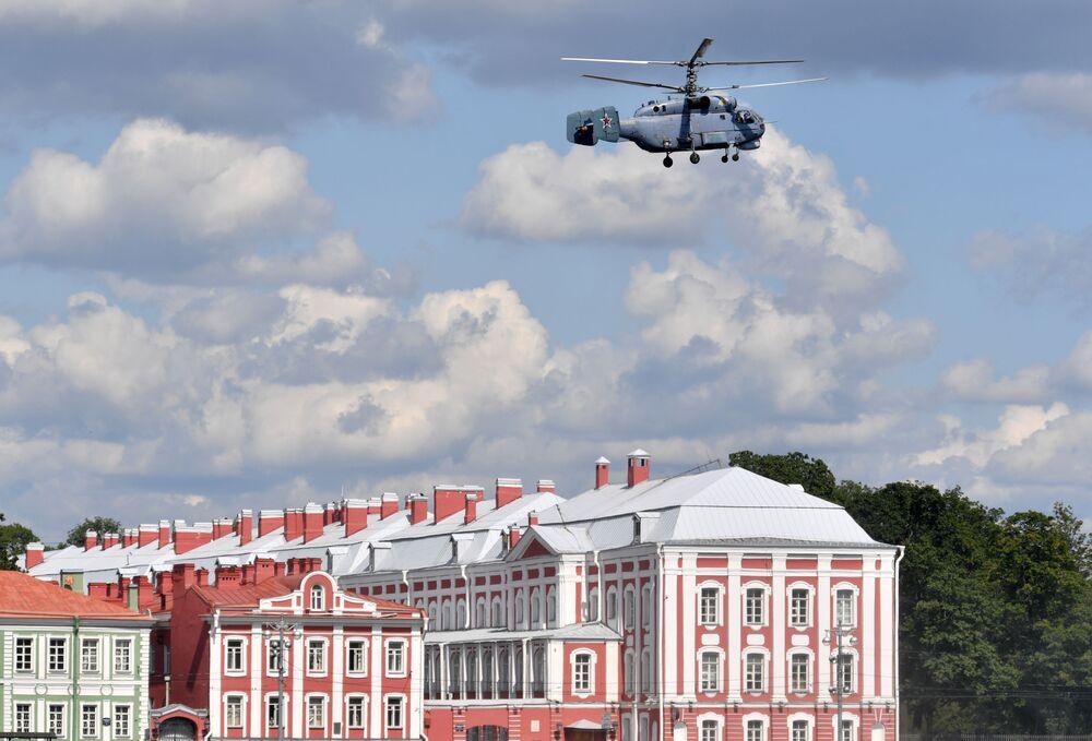 Palubní protiponorkoví vrtulník Ka-27 během zkoušky vojenské přehlídky věnované Dnu ruského námořnictva v Petrohradě