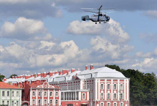 Palubní protiponorkoví vrtulník Ka-27 během zkoušky vojenské přehlídky věnované Dnu ruského námořnictva v Petrohradě - Sputnik Česká republika