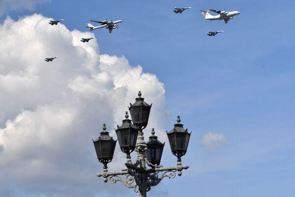 Zkouška letecké části vojenské přehlídky věnované Dnu námořnictva Ruska v Petrohradě - Sputnik Česká republika