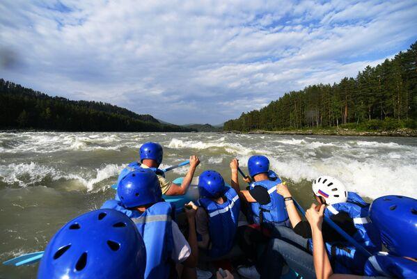 Turisté se splavují po řece Katuň v Čemalské oblasti Altajské republiky, Rusko - Sputnik Česká republika