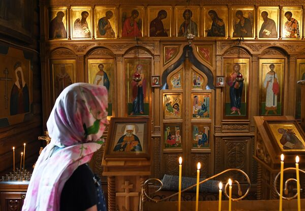 Dívka v kostele Jána Bohoslovce na ostrově Patmos (Čemalská oblast Altajské republiky, Rusko) - Sputnik Česká republika