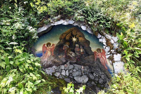Miniaturní jeskyně s freskou na vánoční téma poblíž kostela Jána Bohoslovce na ostrově Patmos (Čemalská oblast Altajské republiky, Rusko) - Sputnik Česká republika