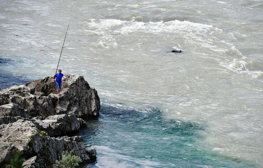 Rybář na řece Katuň v Čemalské oblasti Altajské republiky, Rusko