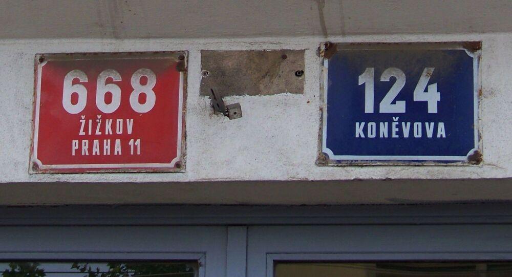 Praha-Žižkov. Koněvova 668/124, reliéfní domovní znamení, slunečnice