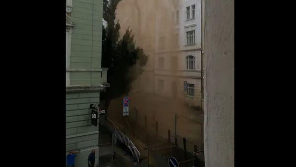 Island v Praze: Na Žižkově prasklo potrubí. Gejzír vody dosahoval až několika desítek metrů   - Sputnik Česká republika