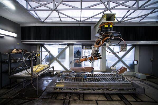 Stroj na řezání kompozitních dílů pro vrtulník Ka-52 Alligator - Sputnik Česká republika