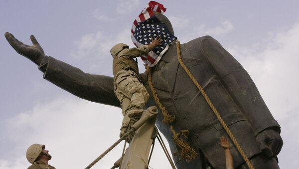 Spojené státy bourají sochu Saddáma Husajna v Bagdádu (3. dubna 2003) - Sputnik Česká republika