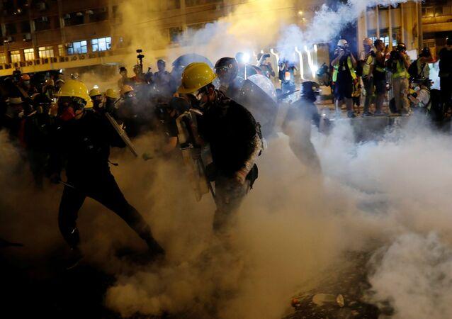 Policie použila gumové náboje a slzný plyn proti demonstrantům v Hongkongu