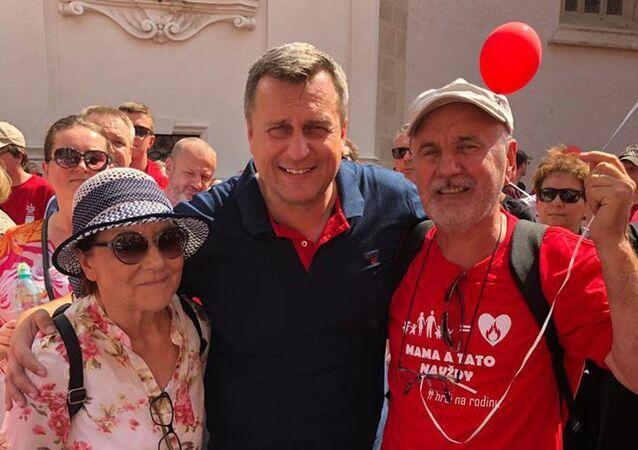 Předseda SNS a NR SR Andrej Danko se spolu s dalšími tisíci lidí zúčastnil pochodu Hrdí na rodinu. Bratislava 2019