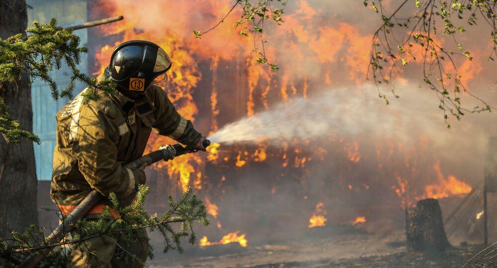 Ruští záchranáři bojují s požáry