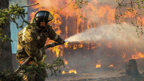 Ruští záchranáři bojují s požáry - Sputnik Česká republika