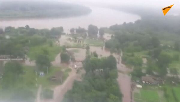 Silné deště v Amurské oblasti Ruska. Lidi evakuují pomocí vrtulníků - Sputnik Česká republika