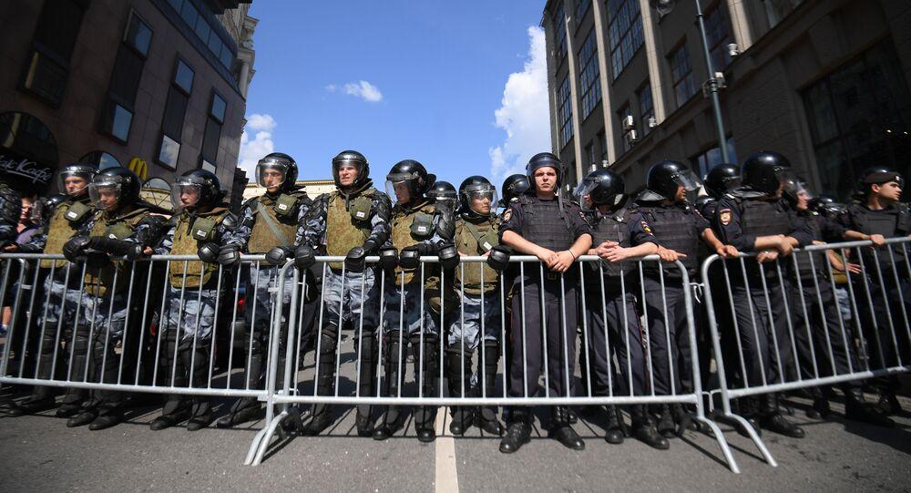 Policisté během nepovolené akce v Moskvě