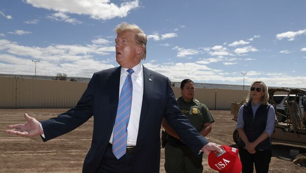 Prezident Donald Trump u nového úseku zdi na hranici s Mexikem - Sputnik Česká republika