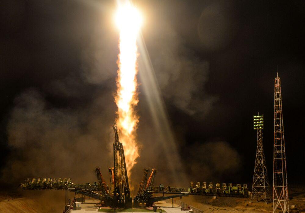 Start nosné rakety Sojuz-FG s pilotovanou kosmickou lodí Sojuz MS-13 z Bajkonoru.
