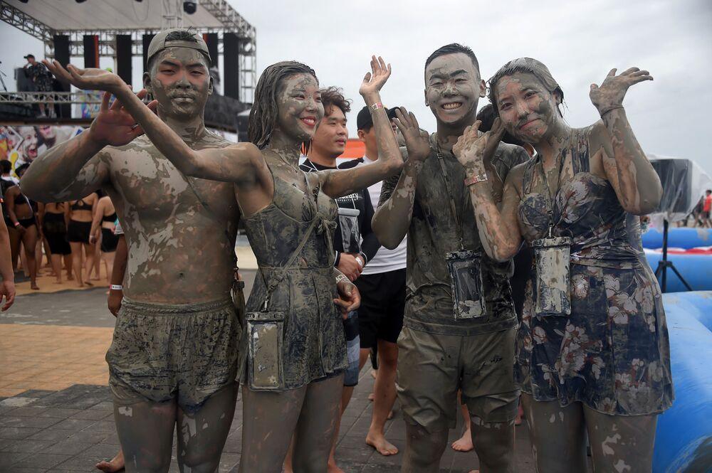 Turisté se koupou v bazénu s blátem během 22. ročníku festivalu bláta v jihokorejském městě Porjong.