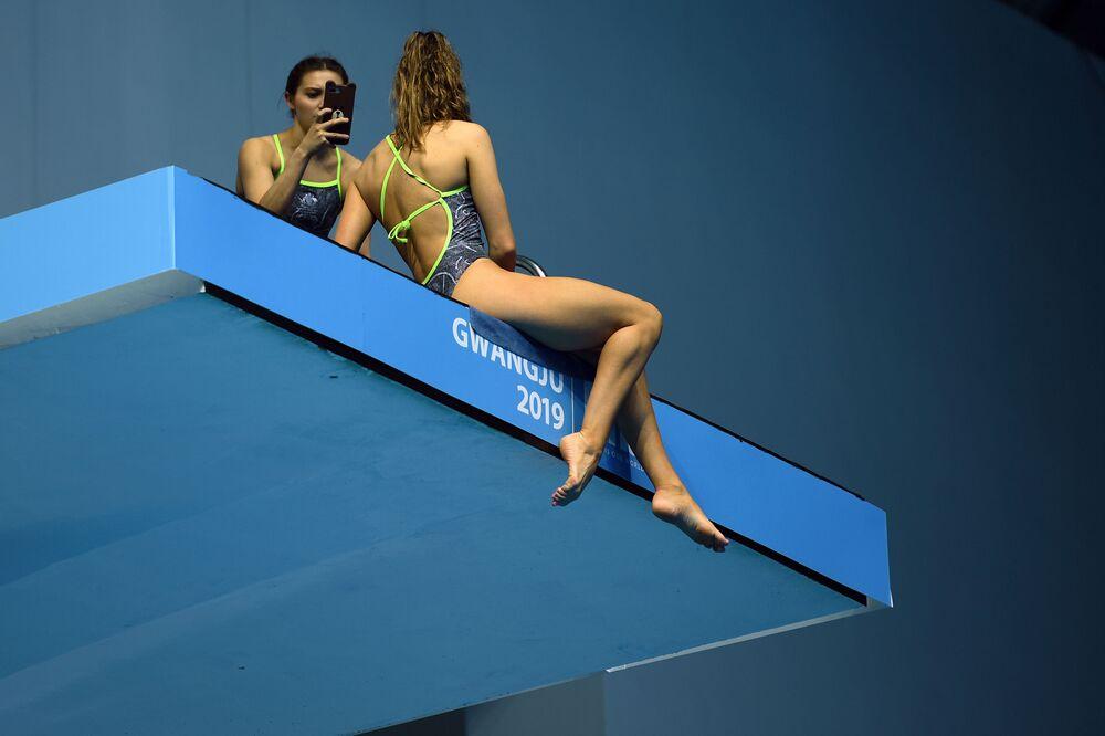Závodnice si pořizuje selfie na Mistrovství světa v plaveckých sportech Kwangdžu 2019 v Jižní Koreji.