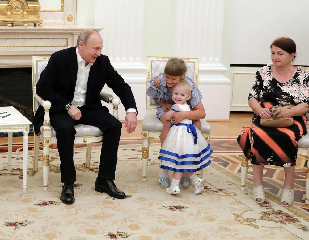 Ruský prezident Vladimir Putin během své schůzky s obyvateli Irkutské oblasti, kteří byli postiženi ničivými povodněmi.