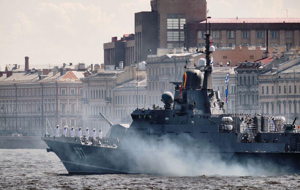 Ruská korveta projektu 22800 Sovětsk během nacvičování přehlídky u příležitosti oslav Dne vojenského námořnictva v Petrohradu.