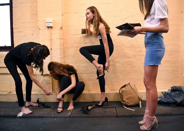 Modelky se připravují na casting před začátkem týdne módy v Melbourne. - Sputnik Česká republika