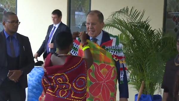 Video: Ruský ministr zahraničí Lavrov se zúčastnil tance v peleríně z květin barev národní vlajky Surinamu a tradičním šátku - Sputnik Česká republika