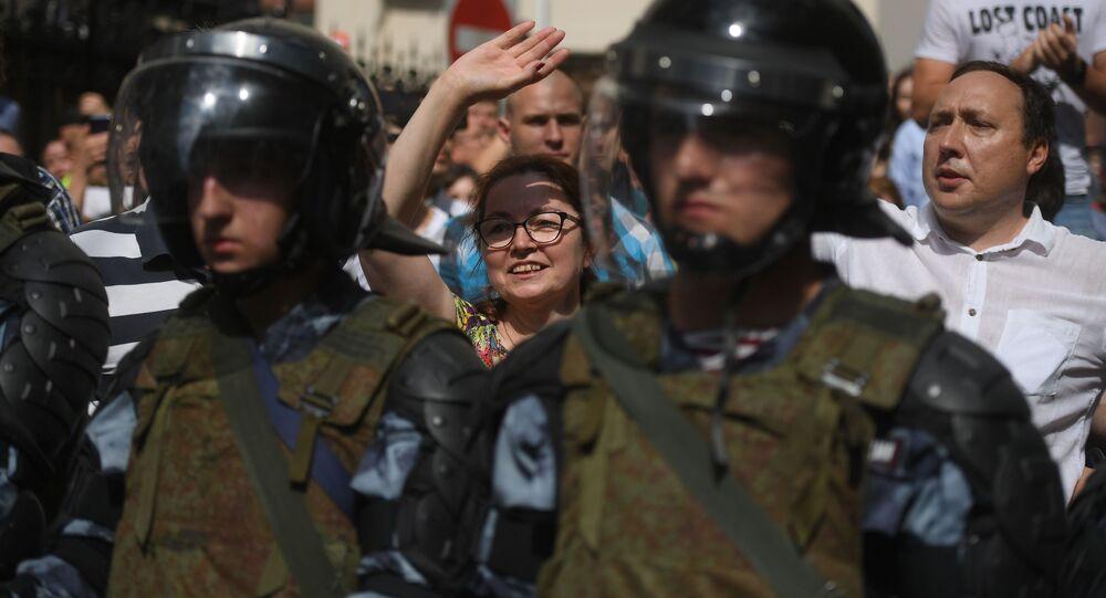 Policie a účastníci nepovolené akce na podporu kandidátů do Moskevské městské dumy