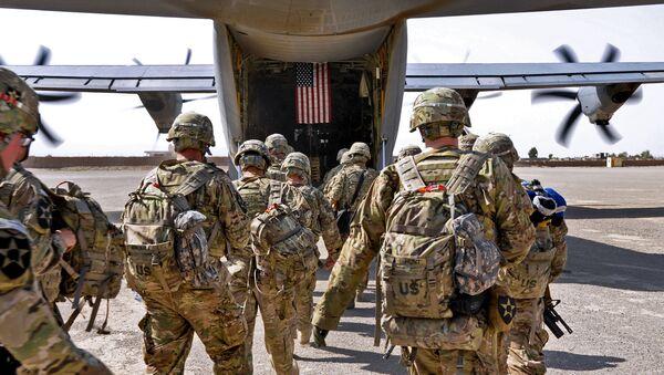 Prapor amerických vojáků nastupuje do vojenského letadla - Sputnik Česká republika
