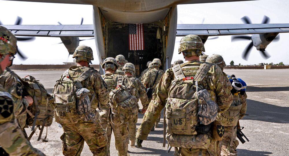 Prapor amerických vojáků nastupuje do vojenského letadla