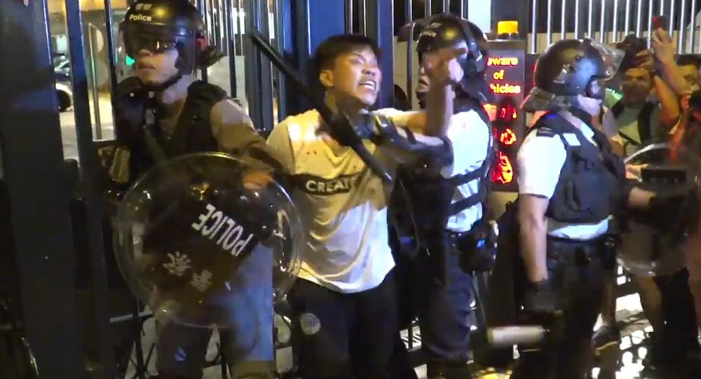 Video: V Hongkongu během demonstrace před policejní stanicí policie rozehnala dav s pomocí obušků a pepřových rozprašovačů