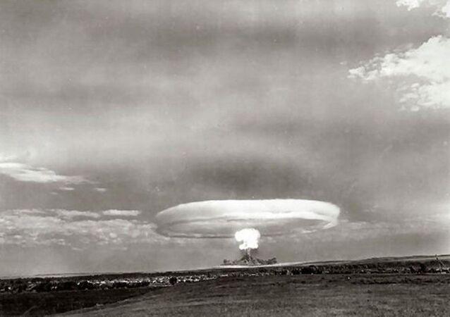 Test jaderné bomby v průběhu vojenských cvičení na Tocké střelnici v roce 1954