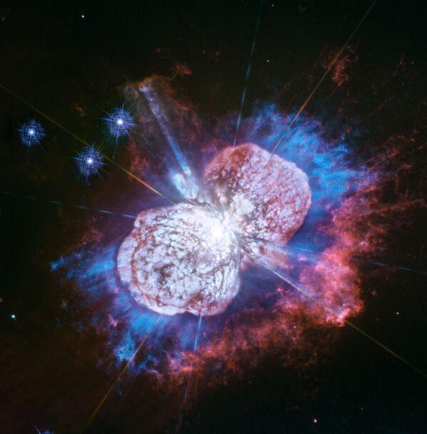 Hvězda Eta Carinae, jedna z největších hvězd v Mléčné dráze, v souhvězdí Lodního kýlu. Pomocí Hubbleova teleskopu se vědcům podařilo odhalit hořčík, který je na fotografii vidět v podobě modré mlhoviny. - Sputnik Česká republika