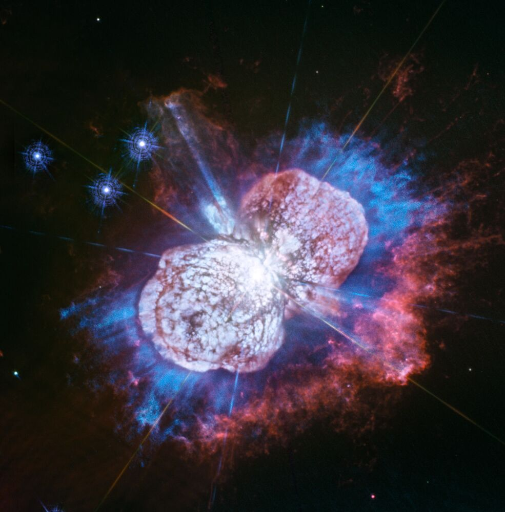 Hvězda Eta Carinae, jedna z největších hvězd v Mléčné dráze, v souhvězdí Lodního kýlu. Pomocí Hubbleova teleskopu se vědcům podařilo odhalit hořčík, který je na fotografii vidět v podobě modré mlhoviny.