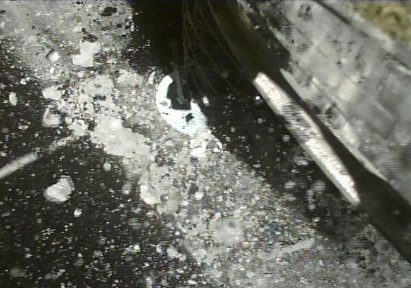 Fotografie pořízená několik vteřin po přistání sondy Hajabusa 2 japonské agentury JAXA na asteroid Ryugu - Sputnik Česká republika