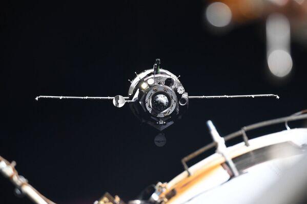 Vesmírná loď Sojuz MS-13 se přibližuje k Mezinárodní vesmírné stanici - Sputnik Česká republika