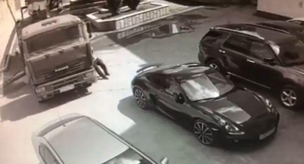 Řidič holýma rukama zastavil pohybující se kamion